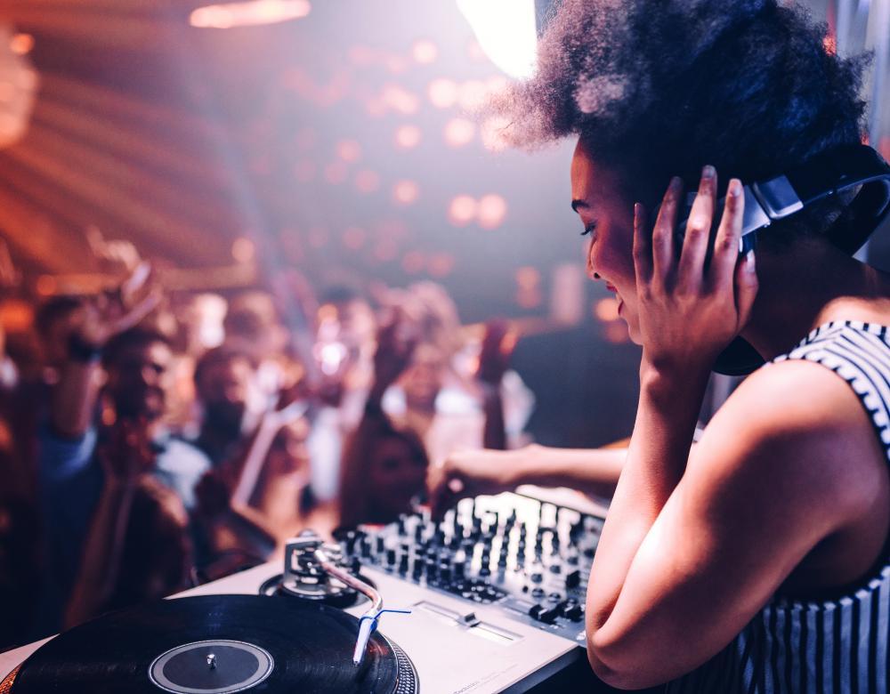 fille DJ
